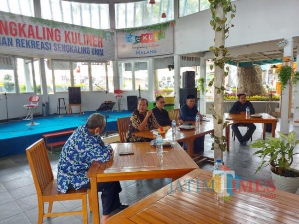 Ketua Tanfidziyah PWNU Jawa Timur sekaligus alumni IAIN Sunan Ampel Malang KH Marzuqi (dua dari kanan) saat memberikan sambutan dan mengingat kenangan saat menjadi mahasiswa, Minggu (10/10/2021). (Foto: Tubagus Achmad/JatimTIMES)