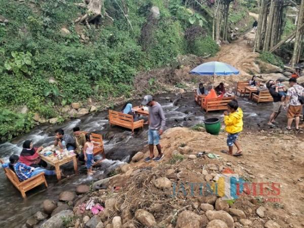 Suasana Kafe Kali TSG Desa Pandansari Lor Kecamatan Jabung saat ramai pengunjung. (Foto:Riski Wijaya/MalangTIMES).
