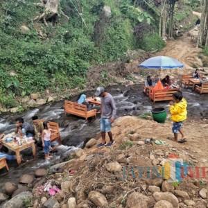 Nongkrong di Kafe Tengah Kali, Sensasi Liburan dan Keprihatinan Lingkungan