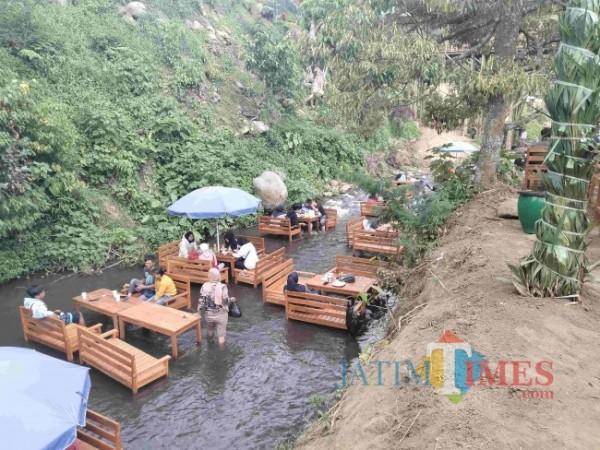 Suasana Kafe Kali TSG, Desa Pandansari Lor Kecamatan Jabung. (Foto: Riski Wijaya/MalangTIMES)