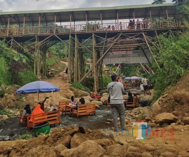 Suasana Kafe Kali TSG.(Foto: Riski Wijaya/MalangTIMES).