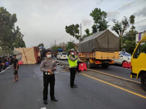 Anggota Satlantas Polres Malang saat mengalihkan arus untuk mengurai kemacetan (foto: Satlantas Polres Malang for MalangTIMES)