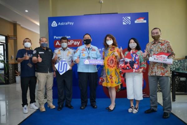 Foto bersama jajaran direksi AstraPay dengan Plt. Kepala BLU UPTD Trans Semarang dan Sekretaris Dinas Perhubungan Kota Semarang