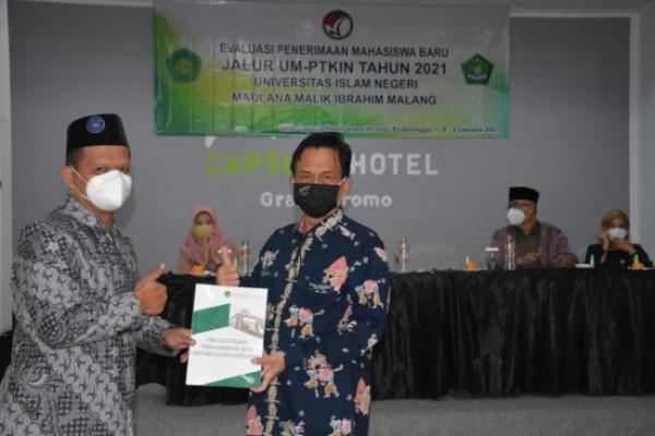 Kepala BAK UIN Maliki Malang Imam Ahmad (kiri) dan Rektor UIN Maliki Malang Prof Dr Zainuddin MA. (Ist)
