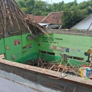 3 Kelas Rusak Parah, Ratusan Siswa SD di Jombang Terpaksa Berbagi Ruang Belajar