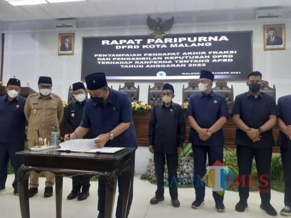 Rapat paripurna pengesahan Ranperda APBD Kota Malang tahun anggaran 2022, Senin (11/10/2021). (Foto: Arifina Cahyanti Firdausi/MalangTIMES).