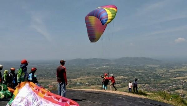 Salah satu atlet paralayang Kota Batu saat akan terbang di Gunung Bungkuk, Magetan, Minggu (10/10/2021). (Foto: istimewa)