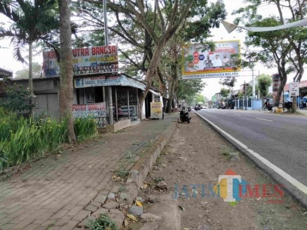 Sejumlah bangunan yang berdiri di sepadan Sungai Molek, Desa Talangagung, Kepanjen, Kabupaten Malang. (Foto: Riski Wijaya/MalangTIMES)