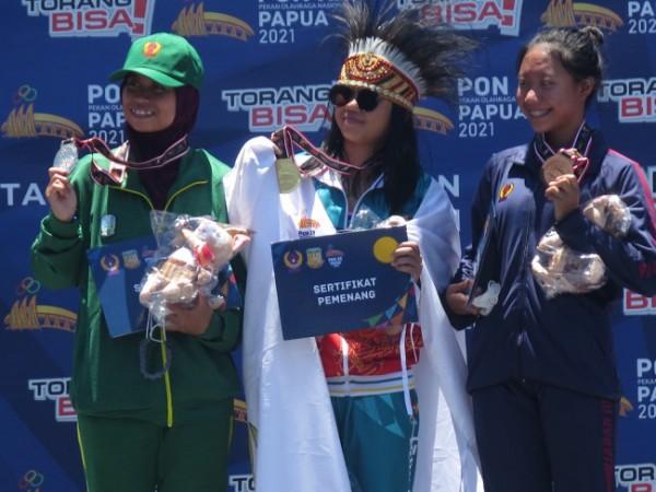 Atlet selam Kota Nafa Amadea (kiri) saat naik podium pada Pekan Olahraga Nasional (PON) XX Papua, Selasa (12/10/2021). (Foto: istimewa)