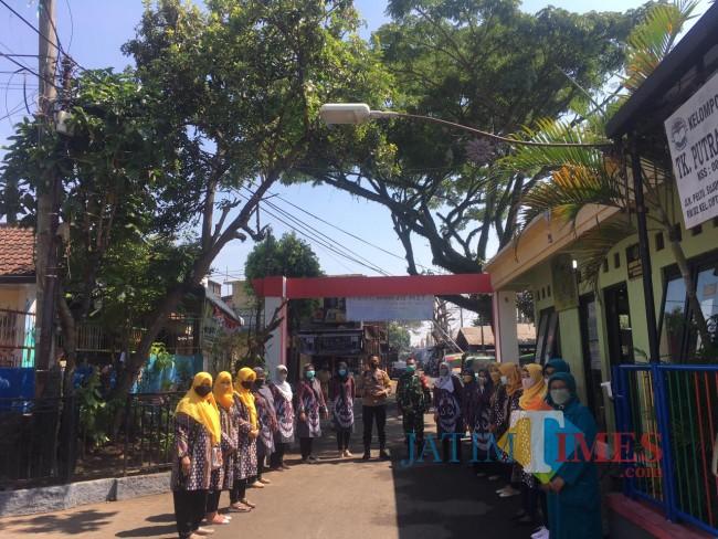 Foto bersama tim juri bersama peserta lomba Kampung Bersinar di Kelurahan Ciptomulyo (foto:Hendra Saputra/MalangTIMES)