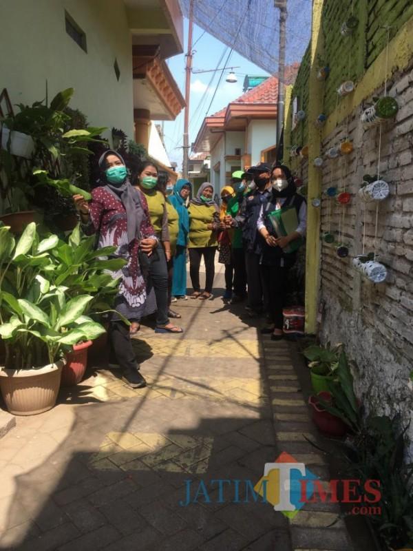 Foto bersama tim juri bersama warga RW 02 Kelurahan Ciptomulyo ketika penilaian (foto: Hendra Saputra/MalangTIMES)