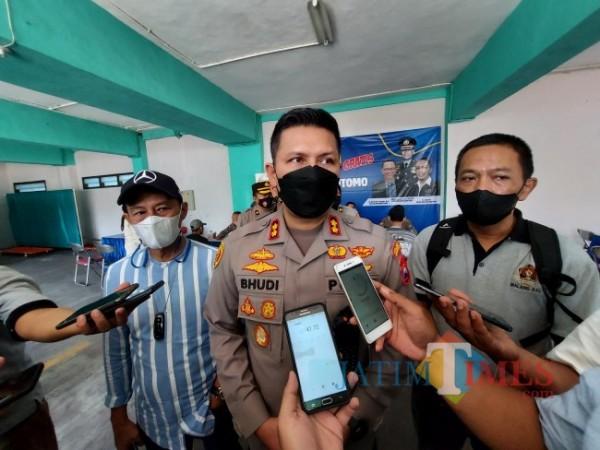 Kapolresta Malang Kota AKBP Budi Hermanto (tengah) saat ditemui awak media seusai meninjau pelaksanaan vaksinasi di IKIP Budi Utomo Malang, Selasa (12/10/2021). (Foto: Tubagus Achmad/JatimTIMES)