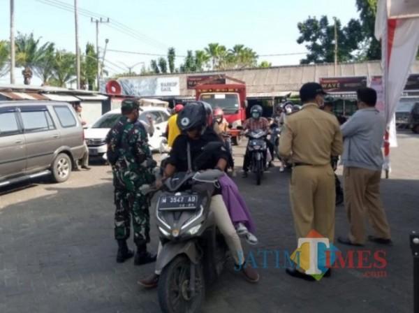 Kecamatan Pamekasan saat melaksanakan Penyekatan dan Buka Gerai Vaksinasi (Foto:Ist/JTN)