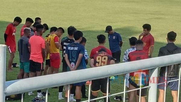 Pemain Persewangi Banyuwangi dalam latihan di Stadion Diponegoro Banyuwangi sebelum Tim Pelatih dan beberapa pemain mundur Nurhadi Banyuwangi Jatim TIMES