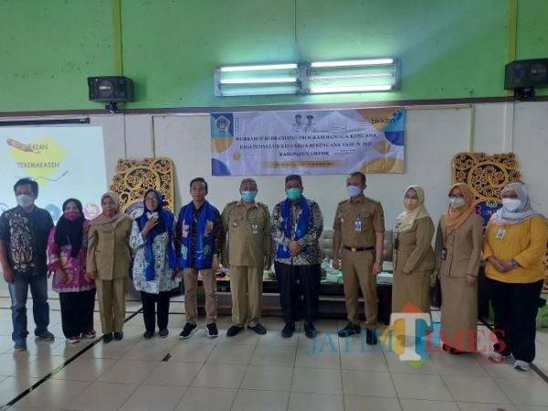 Perwakilan dari Dinas KBPPPA Kabupaten Gresik dan Dinsos-P3AP2KB saat berada di Kelurahan Bunulrejo, Kota Malang, Selasa (12/10/2021). (Foto: Tubagus Achmad/JatimTIMES)