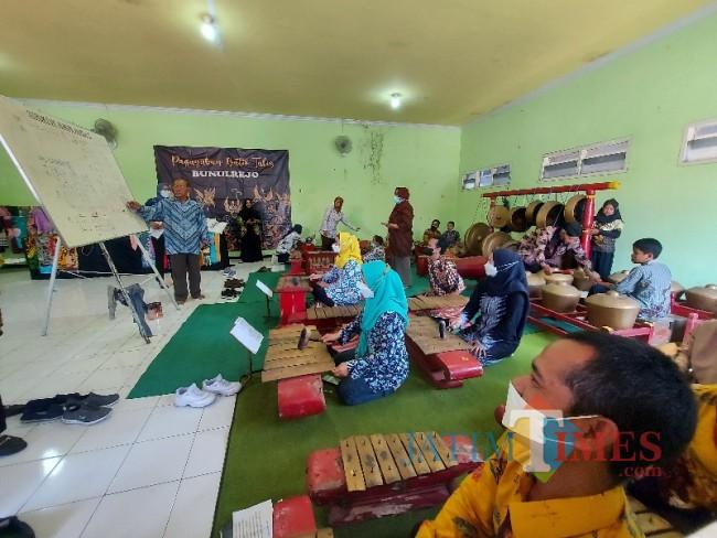 Peserta studi banding dari DKBPPPA Kabupaten Gresik saat berlatih karawitan.