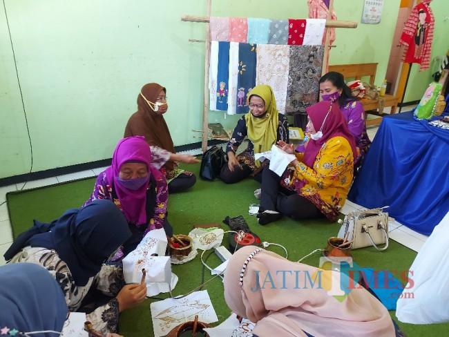 Peserta studi banding dari DKBPPPA Kabupaten Gresik saat berlatih membatik.