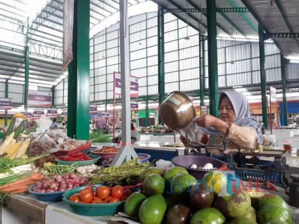 Potret salah satu pedagang di Pasar Klojen Kota Malang. (Arifina Cahyanti Firdausi/MalangTIMES).