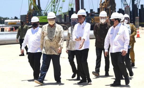 Presiden Jokowi beserta sejumlah menteri dan pejabat terkait meninjau lokasi pembangunan smelter PT Freeport Indonesia di KEK Gresik, Selasa (12/10/2021). (Foto : Biro Pers Sekretariat Presiden for Jatimtimes.com)