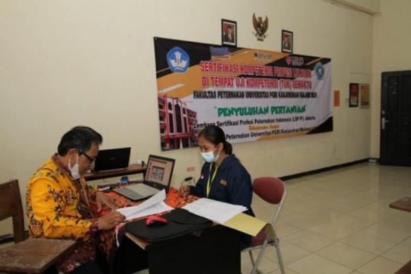 Salah satu alumni Fakultas Peternakan Universitas PGRI Kanjuruhan Malang saat melakukan proses uji kompetensi sertifikasi profesi. (Foto: Humas Universitas PGRI Kanjuruhan Malang)