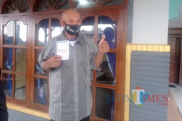 Salah satu lansia dari Kecamatan Ampelgading sesuai menjalani vaksinasi door to door (foto: Hendra Saputra/MalangTIMES)