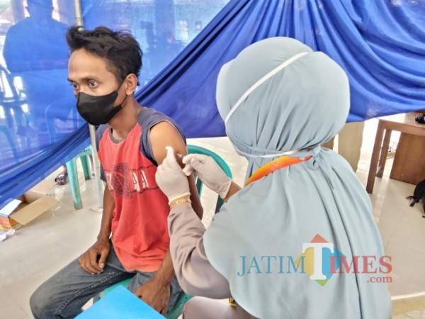 Salah seorang warga Desa Jatikerto yang divaksin di kantor di desa.(Foto: Riski Wijaya/MalangTIMES).