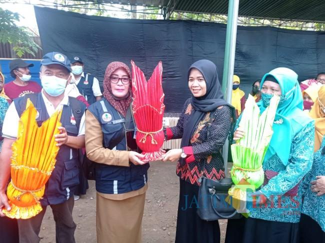 Tim juri saat mendapatkan hadiah dari peserta lomba Kampung Bersinar (foto: Hendra Saputra/MalangTIMES)