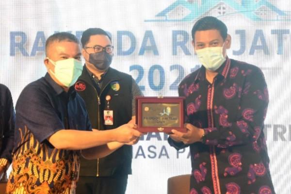 Wali Kota Kediri Abdullah Abu Bakar ketika menerima penghargaan dalam kategori Karmika Graha Abinaya, Selasa (12/10) bertempat di Grand Surya Kediri. (Foto: Dok Pemkot Kediri)