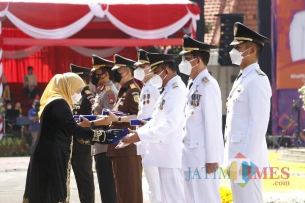 Bupati Sumenep, Achmad Fauzi dan sejumlah Bupati dan Walikota saat menerima penghargaan dari Gubernur Jawa Timur, Khofifah Indar Parawansa (Foto: Ist/JatimTIMES)