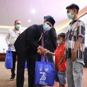 Peringati HUT Jatim Ke-76, Pemkot Kediri Serahkan Santunan Anak Yatim