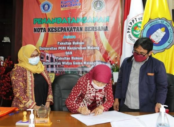 Dekan FH Unikama Dr Suciati SH MHum, melakukan penandatanganan MoA dengan FH UWG (Ist)