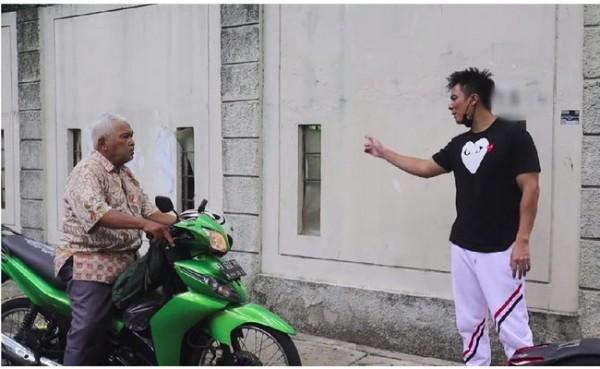 Kakek yang dimarahi Baim Wong (Foto: Capture Channel YouTube Baim Paula)