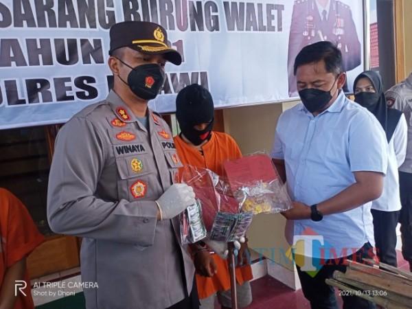 Kapolres Ngawi AKBP I Wayan Winaya saat jumpa pers menegaskan kedua tersangka terbukti mengedarkan obat terlarang.Polres Ngawi For jatimTIMES