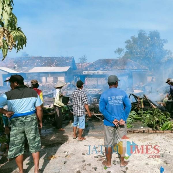 Masyarakat Desa Tenggerejo saat membersihkan bekas kebakaran (foto: Humas Polsek Kedungpring for JatimTIMES)