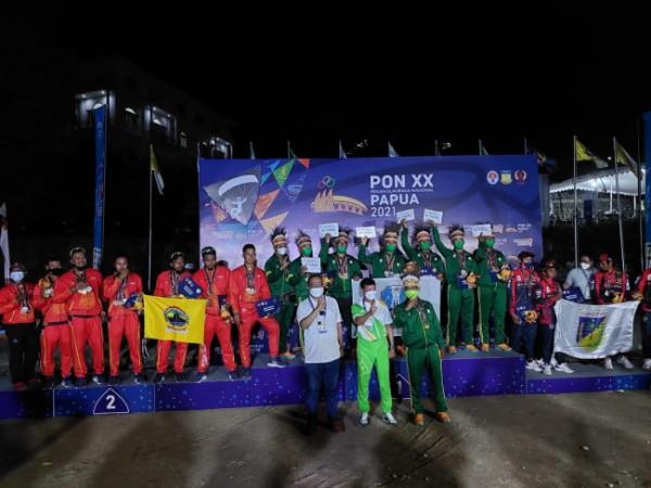 Para atlet paralayang saat naik podium di PON XX Papua. (Foto: istimewa)