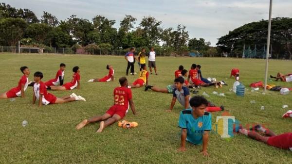 Pemain Persewangi Banyuwangi melakukan pendinginan (Cooling Down) setelah melakukan latihan di Lapangan GOR Tawangalun Banyuwangi  (Nurhadi/Jatim TIMES)