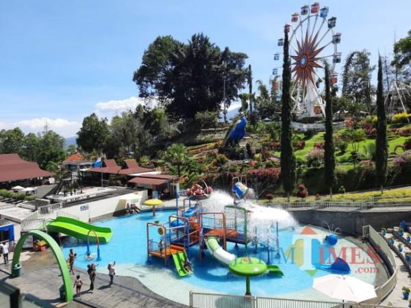 Pengunjung saat menikmati wahana Water Boom di Taman Rekreasi Selecta. (Foto: Irsya Richa/MalangTIMES)