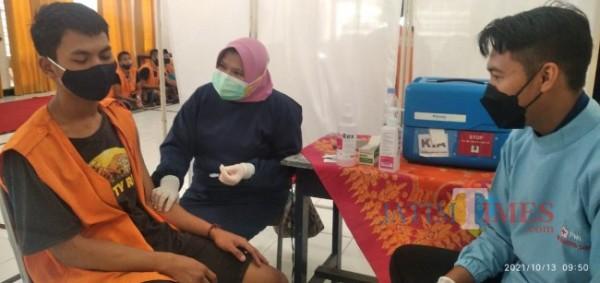 Petugas Kesehatan saat memberikan vaksin kepada Napi Lapas Jember (foto : istimewa / Jember TIMES)