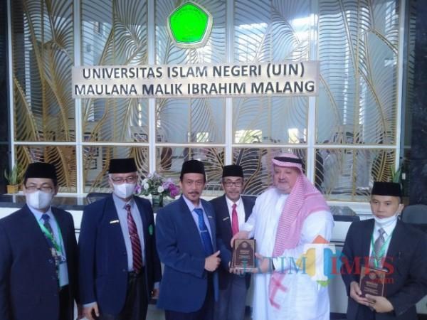Rektor UIN Maliki Malang, Prof Dr Zainuddin MA saat memberikan souvenir kepada duta Besar Arab Saudi (Anggara Sudiongko/MalangTIMES)