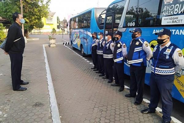 Sebanyak 3 armada bus beroperasi sebagai fasilitas dari Pemkot Kediri untuk siswa yang terkendala transportasi ke sekolah. (Foto: Dok Pemkot Kediri)