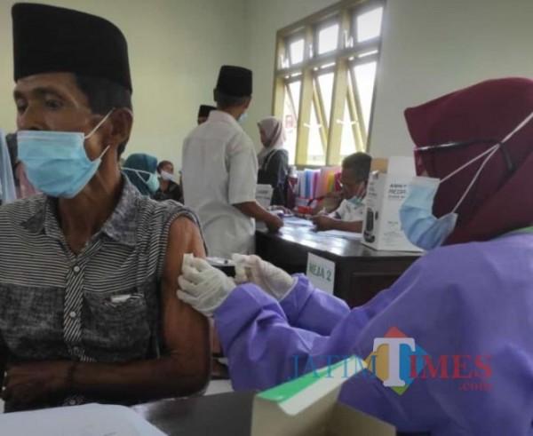 Warga sekitar Ponpes Al Falah sumber gayam, Kecamatan Kadur Pamekasan saat di vaksinasi (Foto:Ist/JTN)