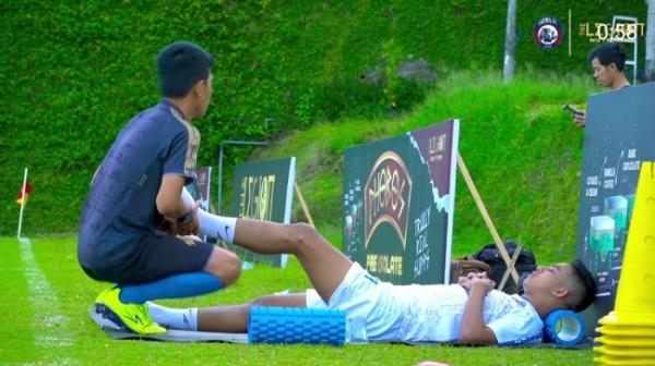 Aji Saka saat mendapatkan perawatan dari fisioterapis Reta Arroyan (foto: Instagram Arema FC)