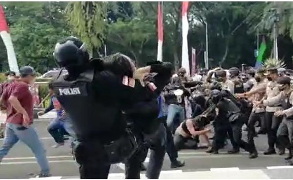 Aksi smackdown oknum polisi ke mahasiswa saat demo di Tangerang (Foto: Screenshoot)
