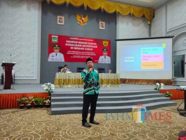 Anggota DPRD Kabupaten Malang Fraksi PKB, Mahrus Ali saat memberikan materi sosialisasi gempur rokok ilegal (foto: Hendra Saputra/MalangTIMES)