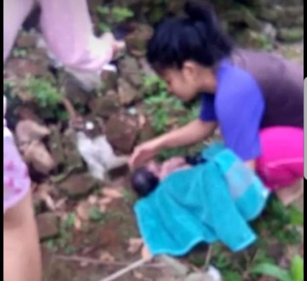 Beberapa warga saat menemukan bayi nahas yang masih bernyawa (foto: istimewa)