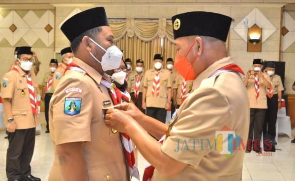 Bupati Gresik Gus Yani saat dilantik sebagai Kamabicab Gerakan Pramuka Gresik, Kamis (14/10/2021). (Foto : Humas Pemkab Gresik for Jatimtimes.com)