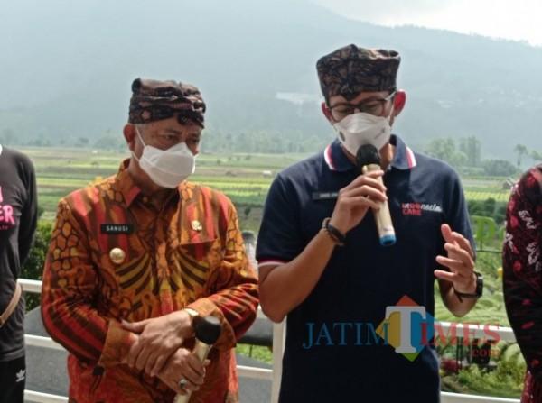Bupati Malang HM Sanusi (kiri) saat berkomunikasi dengan Menparekraf Sandiaga Uno di Desa Wisata Pujon Kidul (foto: Hendra Saputra/MalangTIMES)