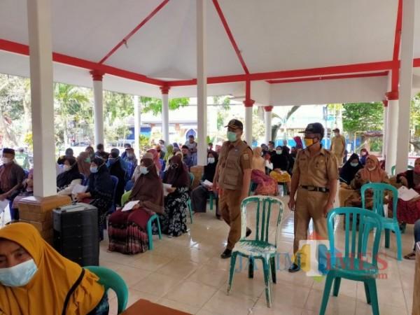Camat Kepanjen Eko Margianto saat meninjau pelaksanaan vaksinasi.(Foto:Riski Wijaya/MalangTIMES).