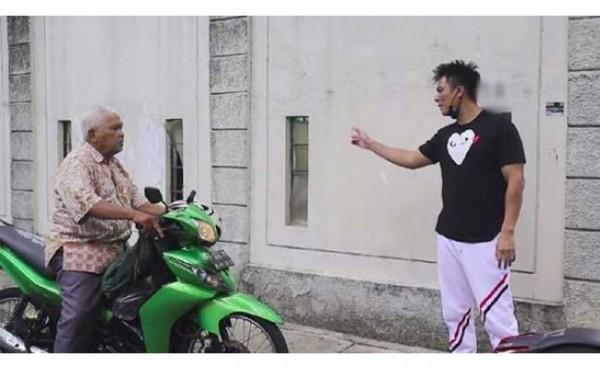 Kakek Suhud ketika dimarahi Baim Wong. (Foto: Capture Channel YouTube Baim Paula)
