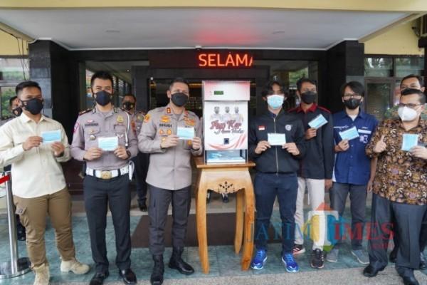 Kapolresta Malang Kota AKBP Budi Hermanto (tiga dari kiri) saat me-launching Dispenser masker. (Foto: Anggoro/JatimTIMES)